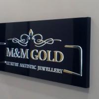 kaseton z wypukłymi literami, oklejonymi złotą folią