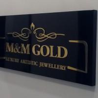 kaseton z wypukłymi literami, oklejonymi złota folią