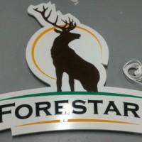 Logo z kolorowej plexi na płycie pcw