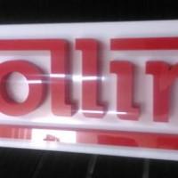 logo ze styroduru z licem z plexi, całośc na plycie z białego dibondu