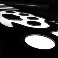 kaseton z czarnego dibondu, grafika frezowana i podklejona plexi