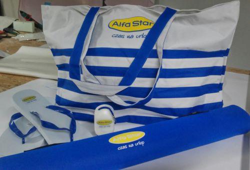 zestaw gadżetów plażowych: klapki, torba, mata i krem do opalania