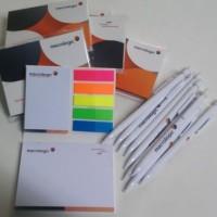 zestaw firmowych długopisów i notesów samoprzylepnych
