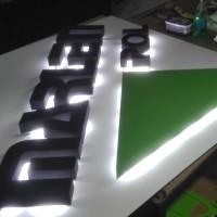 szyld z literami ze styroduru, podświetlonymi modułami led