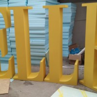 litery eventowe, malowane na żółto