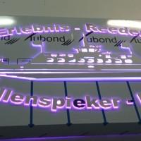 kaseton z wystającymi literami, podświetlenie krawędziowe RGB
